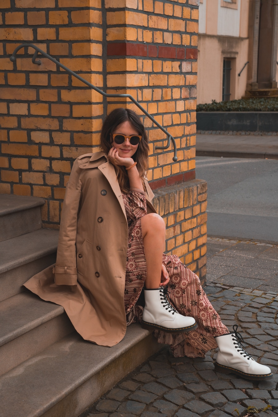 Outfit Inspo - Maxikleid mit weißen Dr. Martens Boots kombinieren